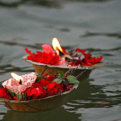 Rosenblüten mit Kerzen auf dem Ganges © Melissa Schalke, Dreamsitime.com