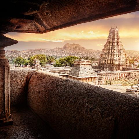 Virupaksha-Tempel in Hampi bei Sonnenaufgang, Indien