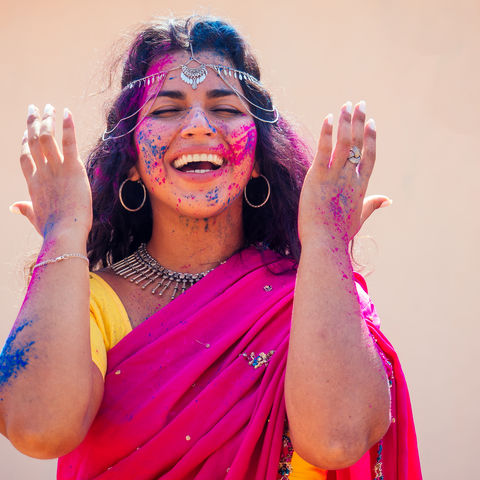 Farbrausch: Inderin in traditionellem Sari an Holi, Indien