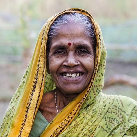 Alte Frau in indischem Dorf, Indien