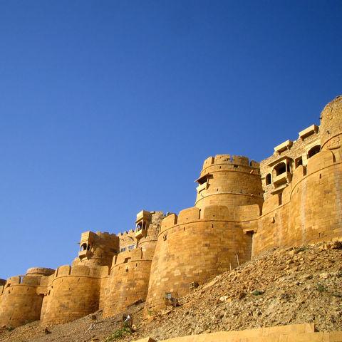 Mittelalterliches Fort am Rande der Wüste in Jaisalmer, Indien