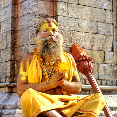 Saddhu im Tempel, Indien