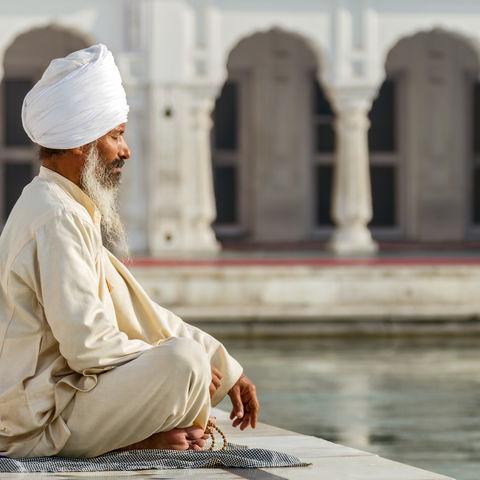 Ein Sikh beim Gebet, Indien