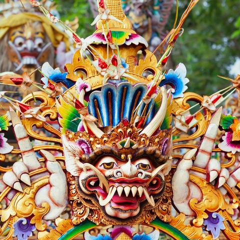 Pappmaché-Figur einer hinduistischen Gottheit auf einer Parade vor dem balinesischen Neujahrstag Nyepi, Indonesien
