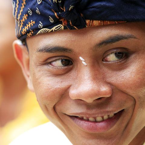 Traditionelle Kleidung eines Balinesen, Indonesien