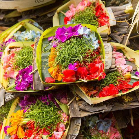 An jeder Straßenecke auf Bali zu finden: Kleine Opfergaben als Dank an die Götter, Indonesien
