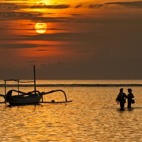 Fischerboot im Meer beim Strand von Sanur, Indonesien