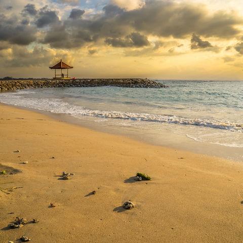 Sonnenaufgang am Strand von Tanjung Benoa, Indonesien