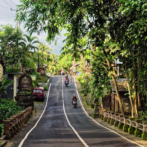 Typische Straße auf Bali, Indonesien