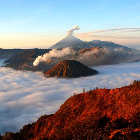 Der Bromo-Vulkan in den Wolken, Indonesien
