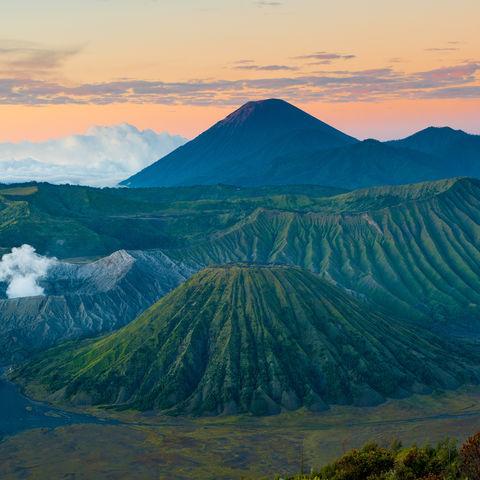 Vulkan Bromo bei Sonnenaufgang, Indonesien