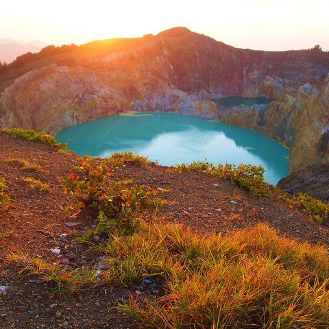 Kratersee am Kelimutu Vulkan bei Sonnenaufgang, Indonesien