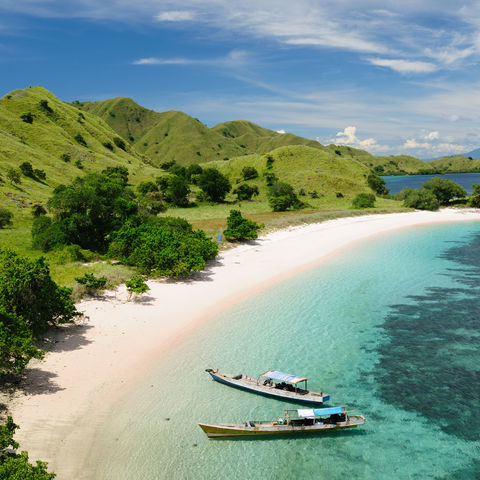 Strand im Komodo Nationalpark, Indonesien