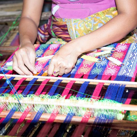 Traditionelle Weberin auf Lombok, Indonesien