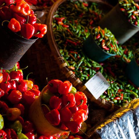 Rote Chilis auf dem Markt, Indonesien