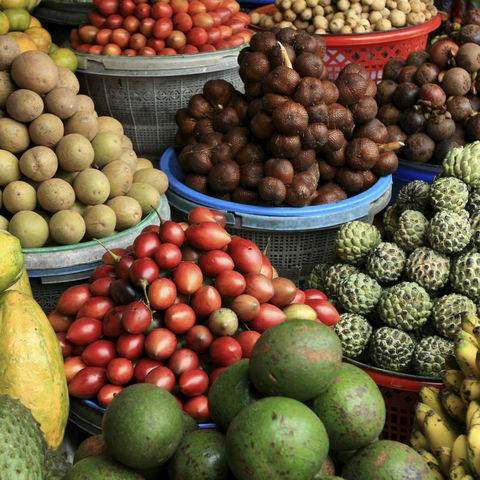 Viel frisches exotisches Obst, Indonesien