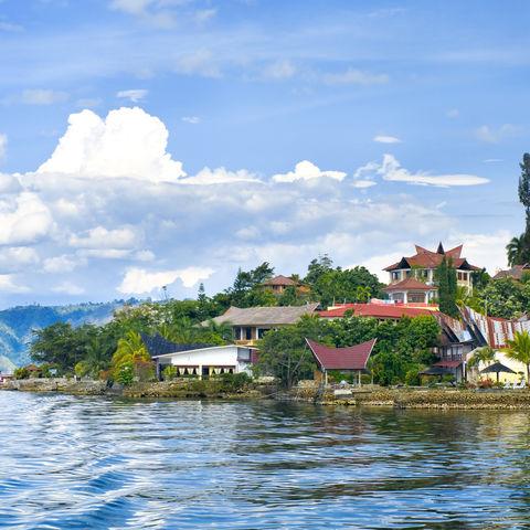 Das Dorf Tuk-Tuk auf der Insel Samosir im See Toba, Indonesien