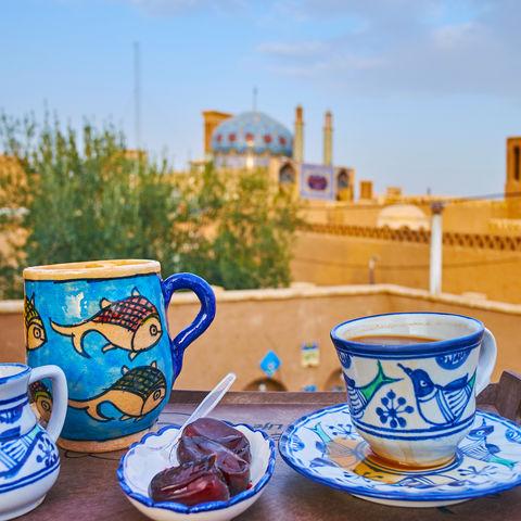 Eine Tasse Tee in der historischen Altstadt von Yazd, Iran
