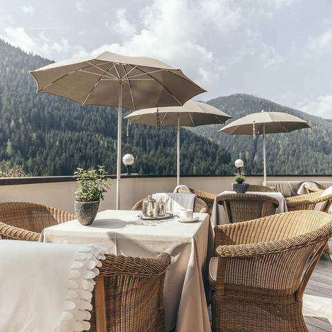 Terrasse mit Blick auf die Dolomiten @NEUE WEGE, Ayurveda