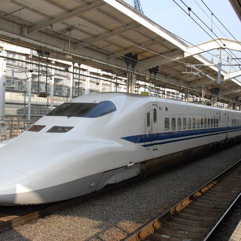 Schinkanse am Bahnhof, Japan
