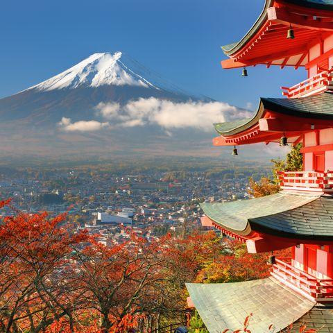Blick auf den Berg Fuji hinter der Chureito Pagode, Japan