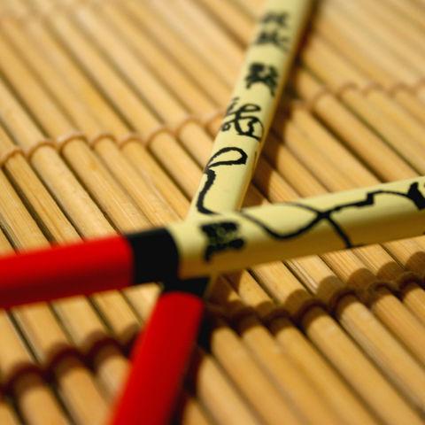 Dekorative Essstäbchen auf Bambusmatte, Japan