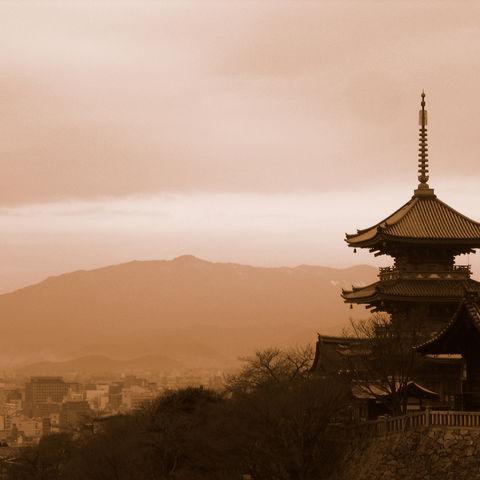 Blick vom Kiyomizu-dera auf eine Pagode und Kyoto, Japan