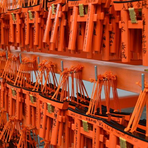 Kleine Torii mit Wünschen im Fushimi-Inari-Schrein in Kyoto, Japan
