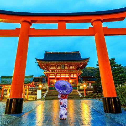 Japanerin im Fushimi Inari Taisha Schrein in Kyoto, Japan