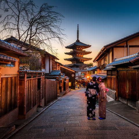 Gasse mit Geishas in Kyoto, Japan