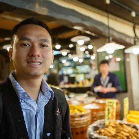 Unterwegs auf dem Street Food Markt Nigishi, Kyoto, Japan