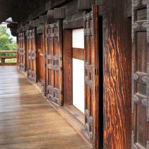 Altes Osaka Schloss mit hölzernen Türen, Japan