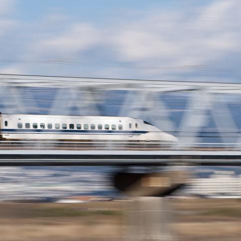 Schnellzug auf einer Brücke, Japan