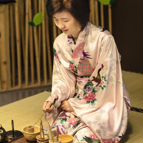 Eine Teemeisterin während einer traditionellen Teezeremonie, Japan