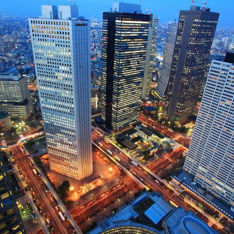 Wolkenkratzer in der Metropole Tokyo bei Nacht, Japan