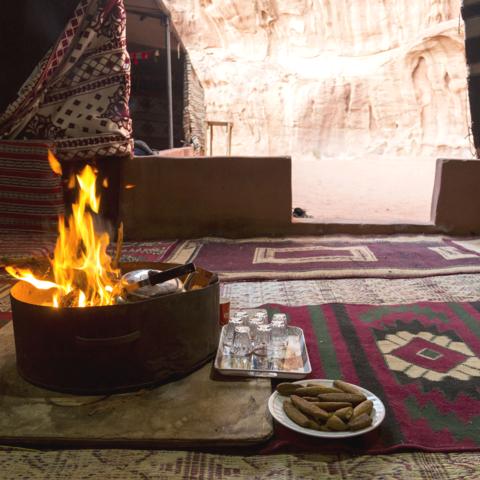 Lagerfeuer in einem beduinischen Zelt, Jordanien