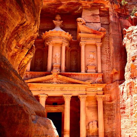 Beeindruckende Bauten in der verlassenen Felsstadt Petra, Jordanien