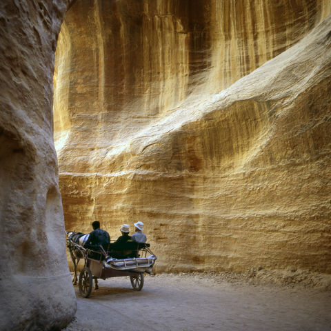 Eingang zur Felsenstadt Petra: die Felsschlucht Siq, Jordanien