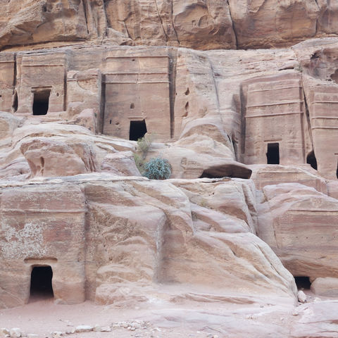 Gräber in der Felswand in Petra, Jordanien