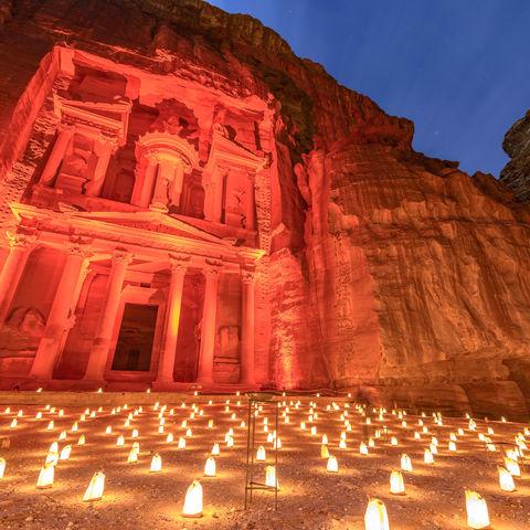 Das berühmteste Bauwerk Petras: Das Schatzhaus bei Nacht im Schein von 1.800 Kerzen, Jordanien