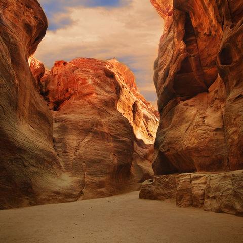 Die Felsschlucht Siq - der Eingang zur Felsstadt Petra, Jordanien