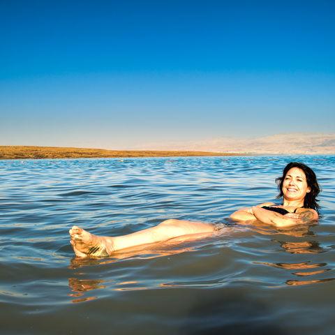 Mühelos schwebend im Toten Meer, Jordanien
