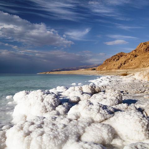 Salzkrusten an der Küste des Toten Meeres, Jordanien