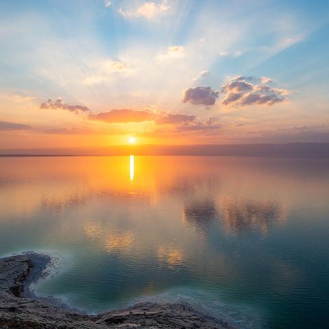 Sonnenuntergang über dem Toten Meer mit Blick Richtung Israel, Jordanien