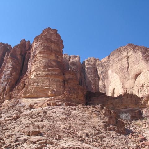 Sich gen Himmel erhebende Felsformationen im Wadi Rum, Jordanien