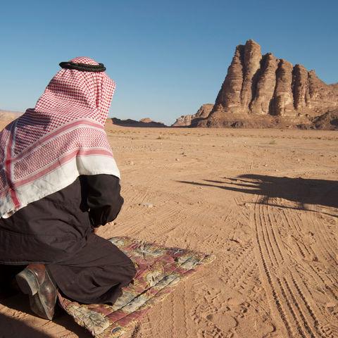 Beim Gebet im Wadi Rum, Jordanien