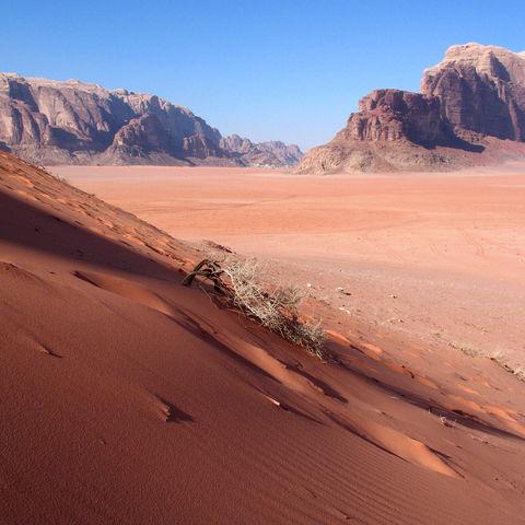 Sand trifft auf Felsgebirge: Wadi Rum Wüste, Jordanien