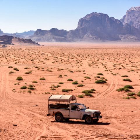 Nimm mich mit! Pick Up in der Wadi Rum Wüste, Jordanien