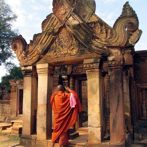 Mönch beim fotografieren des Banteay Srei Tempel, Kambodscha