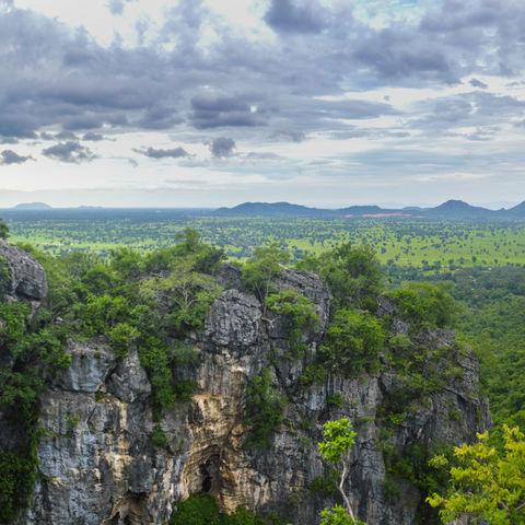 Berge treffen auf Grün: Phnom Sampeau Mountain Range, Battambang, Kambodscha